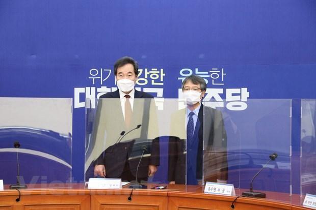 Trong ảnh: Chủ tịch đảng Dân chủ Đồng hành Lee Nak-yon (phải) và Đại sứ Việt Nam tại Hàn Quốc Nguyễn Vũ Tùng. (Ảnh: Mạnh HùngVietnam+).