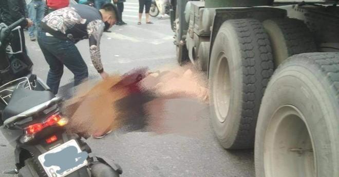 Hai người thương vong sau cú va chạm giữa xe gắn máy và xe container. (ảnh: Page Hải Phòng).