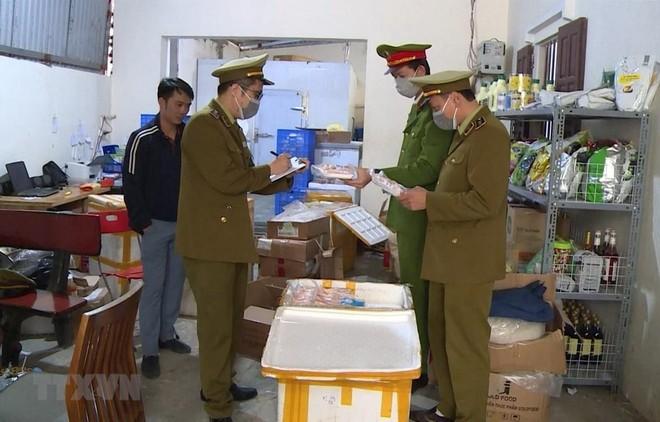 Lực lượng chức năng phát hiện cơ sở kinh doanh của Trần Văn Tiến có gần 1 tấn thực phẩm đã bốc mùi hôi thối. (Ảnh: TTXVN phát).