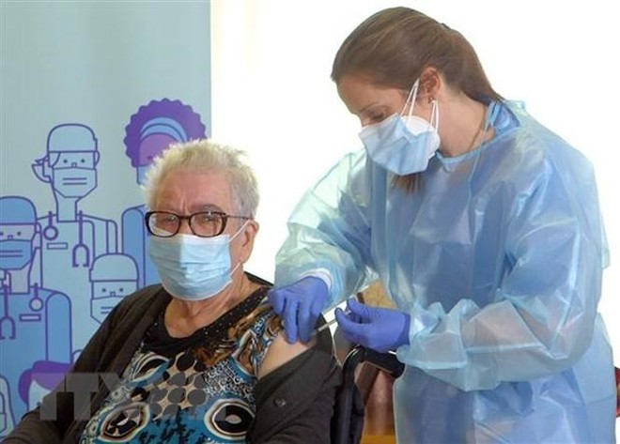 Một cụ bà được tiêm vắcxin ngừa COVID-19 tại L'Hospitalet de Llobregat, Tây Ban Nha ngày 27/12/2020. (Ảnh: AFP/TTXVN).