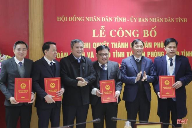 Bí thư Tỉnh ủy, Chủ tịch HĐND tỉnh Hà Tĩnh Hoàng Trung Dũng và Chủ tịch UBND tỉnh Hà Tĩnh Trần Tiến Hưng trao các quyết định bổ nhiệm nhân sự cho 2 văn phòng.