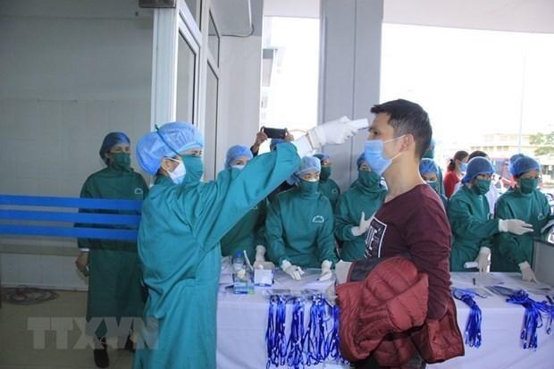 Kiểm tra, cách ly lao động người Trung Quốc để phòng chống bệnh COVID-19. (Ảnh: TTXVN).