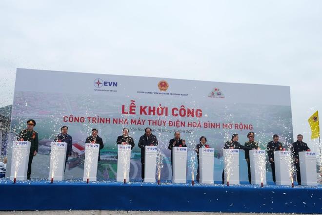 Thủ tướng Chính phủ Nguyễn Xuân Phúc (đứng giữa) cùng các đại biểu tham gia nghi thức khởi công công trình.