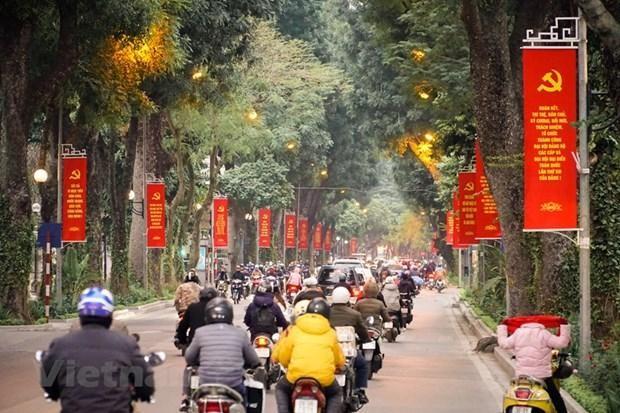 Khẩu hiệu, băngrôn rực đỏ trên phố Lê Hồng Phong. (Ảnh: Minh Hiếu/Vietnam+).
