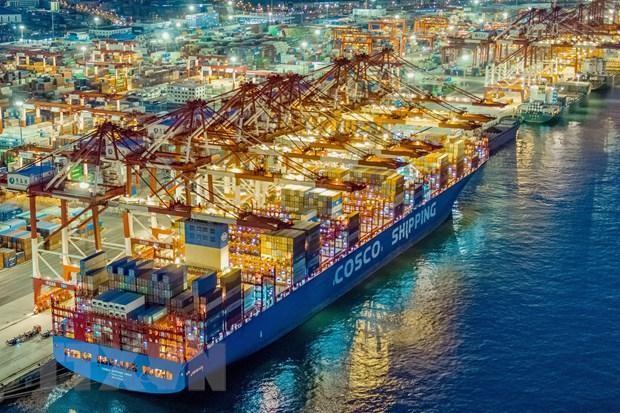 Tàu container neo tại cảng thương mại quốc tế ở Thanh Đảo, tỉnh Sơn Đông, Trung Quốc. (Ảnh: AFP/TTXVN).