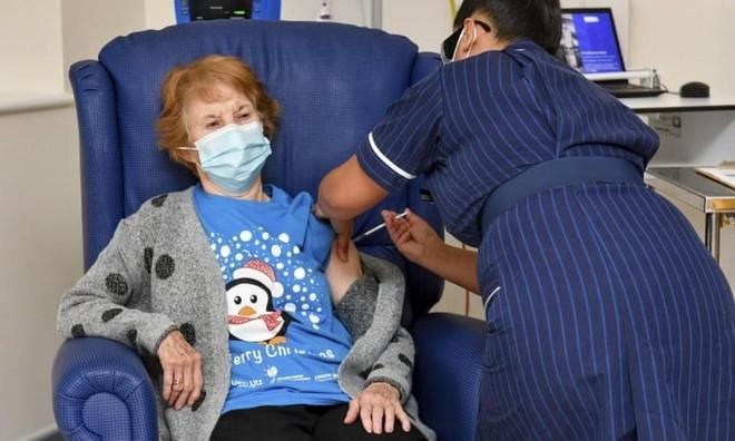 Các nước đang đẩy mạnh chiến dịch tiêm vaccine ngừa Covid-19. Ảnh: The Guardian.