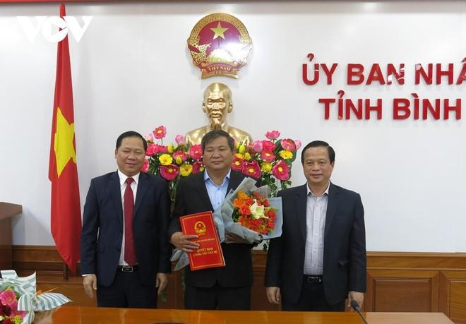 Ông Trần Văn Phúc (giữa) nhận Quyết định bổ nhiệm từ lãnh đạo tỉnh Bình Định.