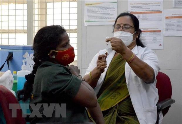 Nhân viên y tế tiêm vắcxin phòng COVID-19 cho người dân tại Bangalore, Ấn Độ. (Ảnh: THX/TTXVN).