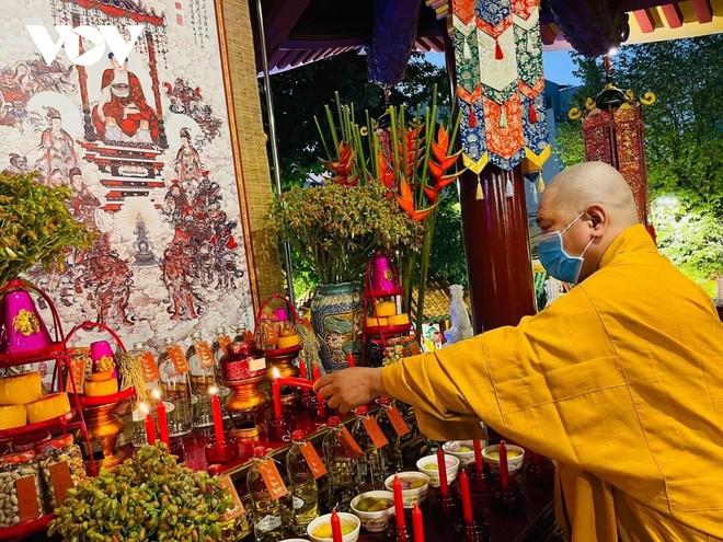 Chùa Viên Giác ở quận Tân Bình đã thông báo chỉ tổ chức lễ cầu nguyện cho chư Tăng nội bộ, không cho đại chúng tập trung đông người.