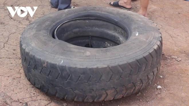 Chiếc lốp ô tô bất ngờ phát nổ khiến ông Hiển tử vong.