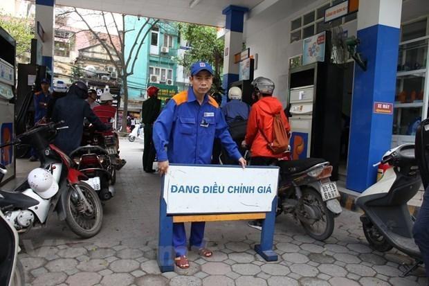 Một trong những cửa hàng của Petrolimex chuẩn bị điều chỉnh giá xăng, dầu theo giá niêm yết mới. (Ảnh: Đức Duy/Vietnam+).
