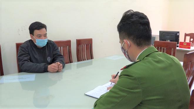 Công an Thị xã Kinh Môn làm việc với đối tượng chống người thi hành công vụ tại chốt kiểm soát.