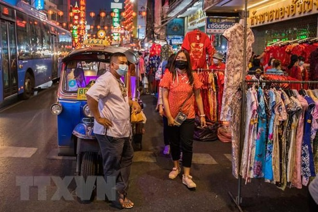 Người dân đeo khẩu trang phòng lây nhiễm COVID-19 tại Bangkok, Thái Lan, ngày 11/2/2021. (Ảnh: THX/TTXVN).