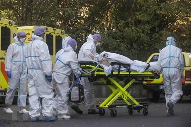 Nhân viên y tế chuyển bệnh nhân COVID-19 tới bệnh viện tại Praha, Cộng hòa Séc. (Ảnh: AFP/TTXVN).