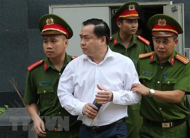 Cảnh sát dẫn giải bị cáo bị cáo Phan Văn Anh Vũ (sinh năm 1975, Chủ tịch Hội đồng quản trị Công ty cổ phần Xây dựng 79, Công ty cổ phần Bắc Nam 79) về trại giam. (Ảnh: Doãn Tấn/TTXVN).