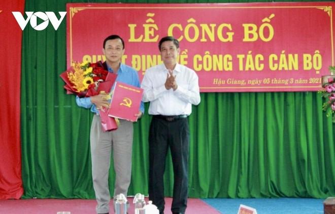 Ông Đồng Văn Thanh- Phó Bí thư Tỉnh ủy, Chủ tịch UBND tỉnh Hậu Giang trao Quyết định cho ông Lê Công Khanh.