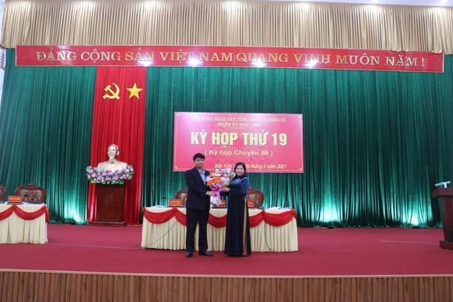 Bà Phương Thị Thanh, Phó Bí thư Thường trực Tỉnh ủy, Chủ tịch HĐND tỉnh Bắc Kạn tặng hoa chúc mừng ông Nông Quang Nhất.
