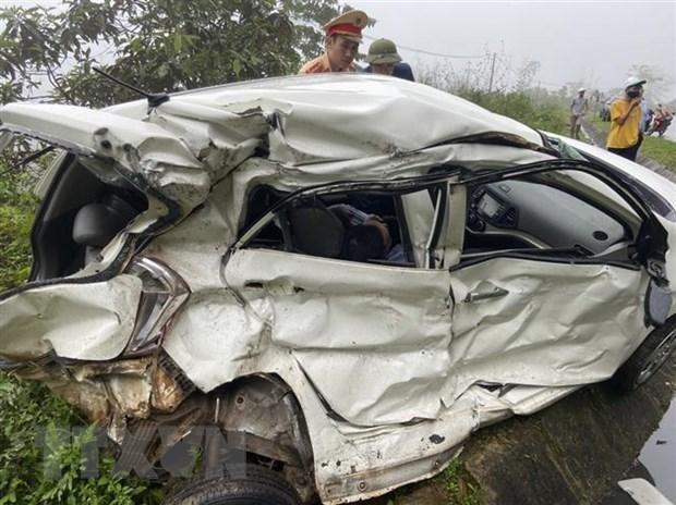 Vụ tai nạn làm 2 người ngồi trên xe ôtô con tử vong tại chỗ. (Ảnh: Vũ Hà/TTXVN).