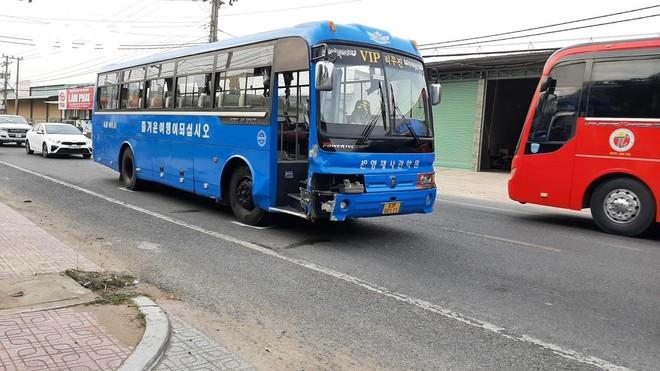 Xe đưa đón công nhân có liên quan đến vụ tai nạn (màu xanh).