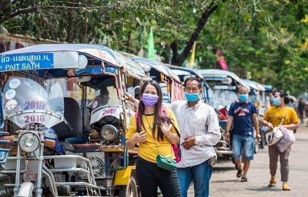 Người dân đeo khẩu trang phòng lây nhiễm COVID-19 tại Vientiane, Lào. (Ảnh: THX/TTXVN).