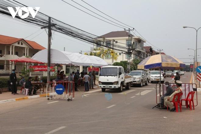 Một chốt kiểm tra người ra vào thủ đô Vientiane để phòng chống dịch.