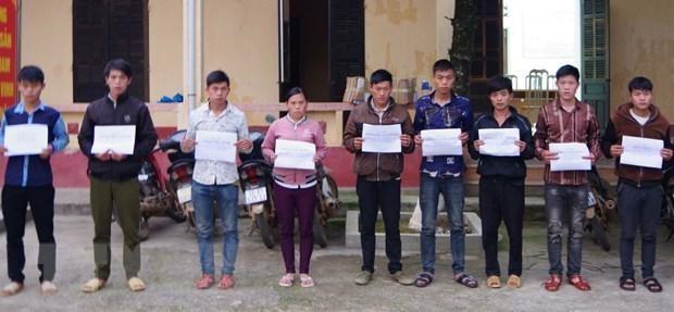 Các đối tượng tổ chức đưa 6 công dân vượt biên trái phép bị bắt giữ. (Ảnh: TTXVN phát).