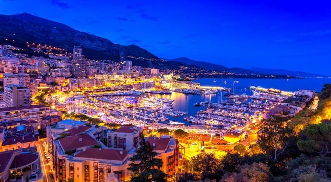 Bến du thuyền Hercules (Monaco) lung linh về đêm.