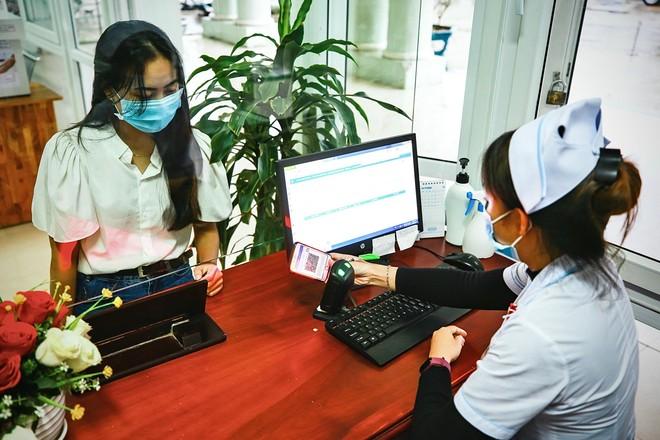 Người dân sử dụng hình ảnh thẻ BHYT trên ứng dụng VssID để đăng ký KCB BHYT tại Bệnh viện đa khoa khu vực miền núi phía Bắc - Quảng Nam (Tháng 12/2020). Nguồn ảnh: BHXH tỉnh Quảng Nam.