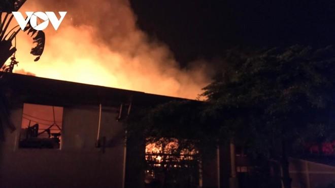 Công ty giấy cháy kèm tiếng nổ lúc đêm khuya.