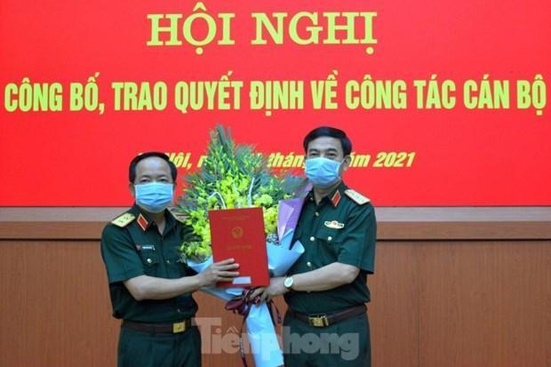 Thượng tướng Phan Văn Giang (bên phải) trao Quyết định bổ nhiệm cho Trung tướng Trịnh Văn Quyết. Ảnh: Tiền Phong