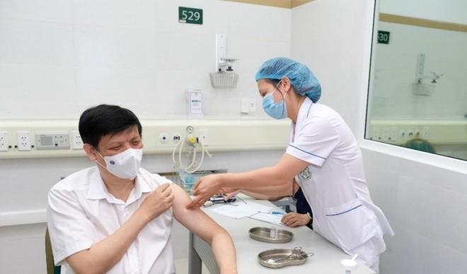 Bộ trưởng Bộ Y tế Nguyễn Thanh Long tiêm vaccine COVID-19 AstraZeneca.