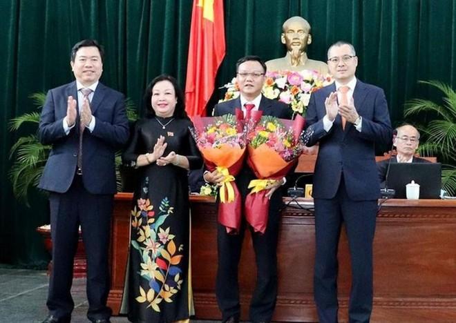Lãnh đạo tỉnh Phú Yên chúc mừng ông Đào Mỹ được bầu làm Phó Chủ tịch UBND tỉnh Phú Yên nhiệm kỳ 2016-2021. Ảnh: Báo Chính phủ.