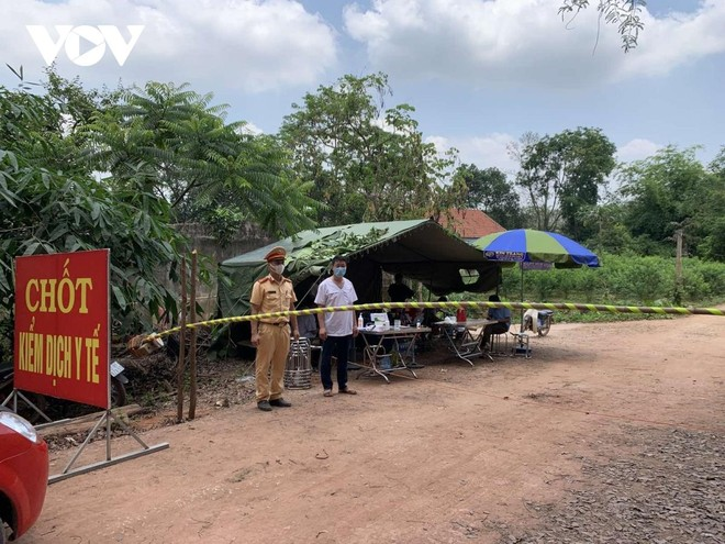 Huyện Hữu Lũng đã lập 3 chốt kiểm soát để ohong tỏa, cách ly khu dân cư thôn Bảo Đài, xã Hòa Thắng.