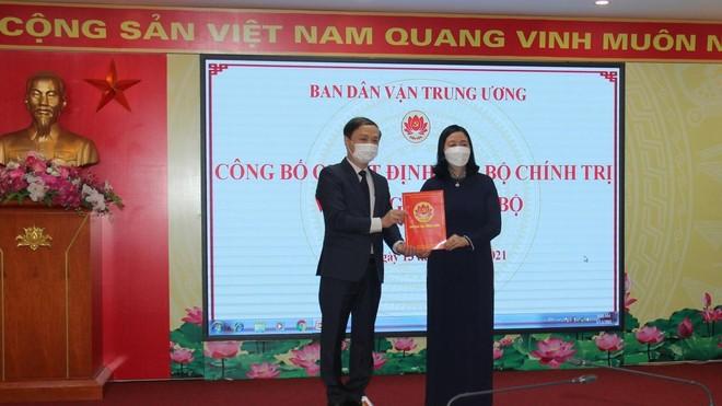 Bà Bùi Thị Minh Hoài trao quyết định cho ông Phạm Tất Thắng.