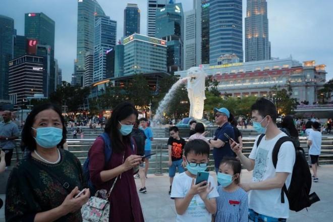 Người dân Singapore đeo khẩu trang nơi công cộng để phòng chống Covid-19.