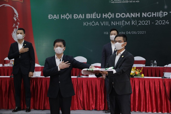 Ông Trần Đăng Nam, Chủ tịch Hội Doanh nghiệp trẻ Hà Nội khóa VIII (bên trái) và ông Lê Phụng Thắng, Chủ tịch Hội Doanh nghiệp trẻ Hà Nội khóa VII trong lễ chuyển giao.