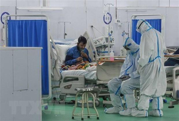 Nhân viên y tế điều trị cho bệnh nhân COVID-19 tại New Delhi, Ấn Độ. (Ảnh: THX/TTXVN).