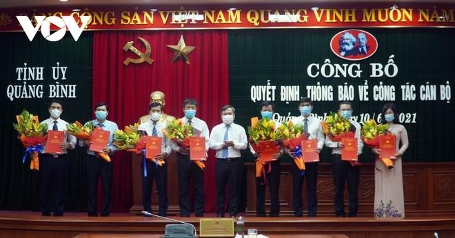 Bí thư Tỉnh ủy Quảng Bình Vũ Đại Thắng trao quyết định và tặng hoa chúc mừng các cán bộ được bổ nhiệm.