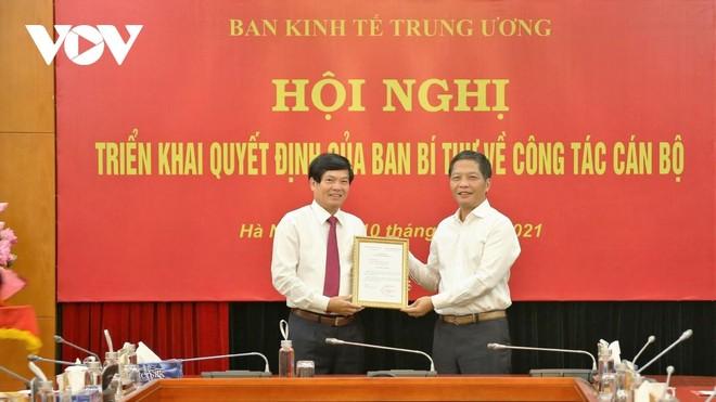 Trưởng Ban Kinh tế Trung ương Trần Tuấn Anh trao Quyết định cho ông Đỗ Ngọc An (ảnh trái).