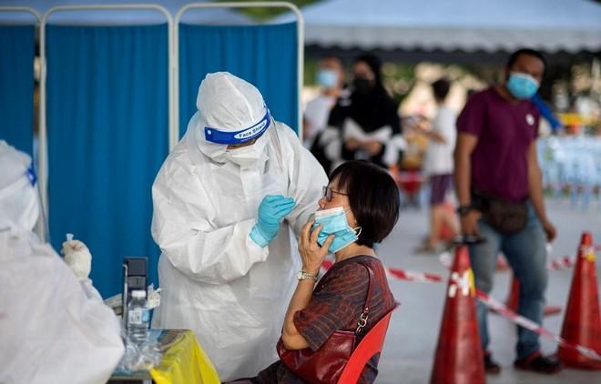 Nhân viên y tế lấy mẫu xét nghiệm COVID-19 cho người dân tại Selangor, Malaysia ngày 23/5/2021. (Ảnh: THX/TTXVN).