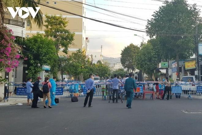 Phong tỏa khu dân cư nơi có trường hợp nghi nhiễm.