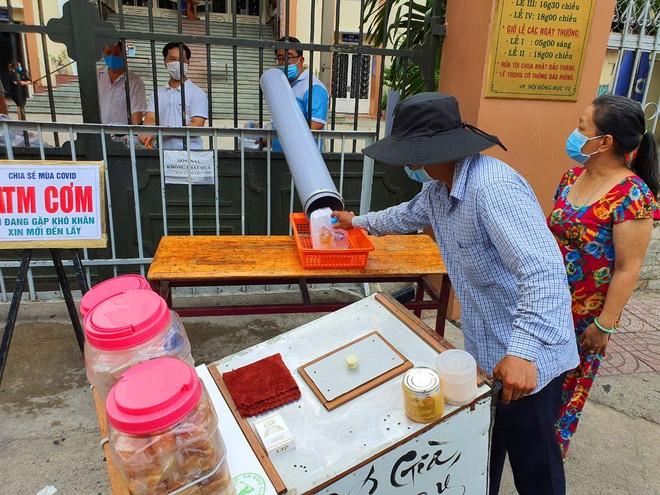 TP.HCM: Sau ATM gạo lại đến ống trượt cơm giúp người nghèo ảnh 5