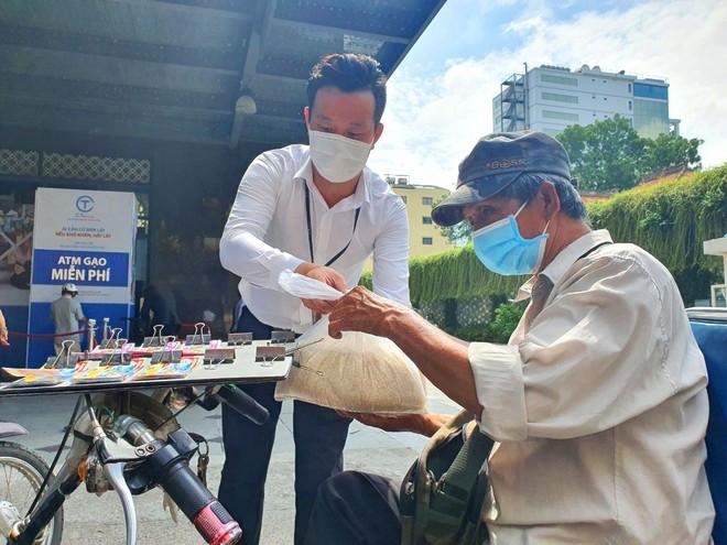 TP.HCM: Sau ATM gạo lại đến ống trượt cơm giúp người nghèo ảnh 6