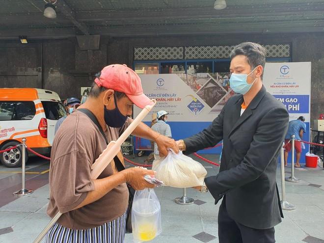TP.HCM: Sau ATM gạo lại đến ống trượt cơm giúp người nghèo ảnh 7