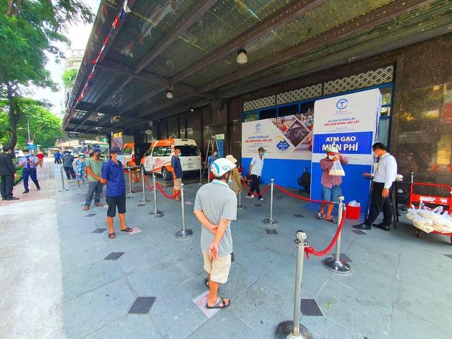 TP.HCM: Sau ATM gạo lại đến ống trượt cơm giúp người nghèo ảnh 9