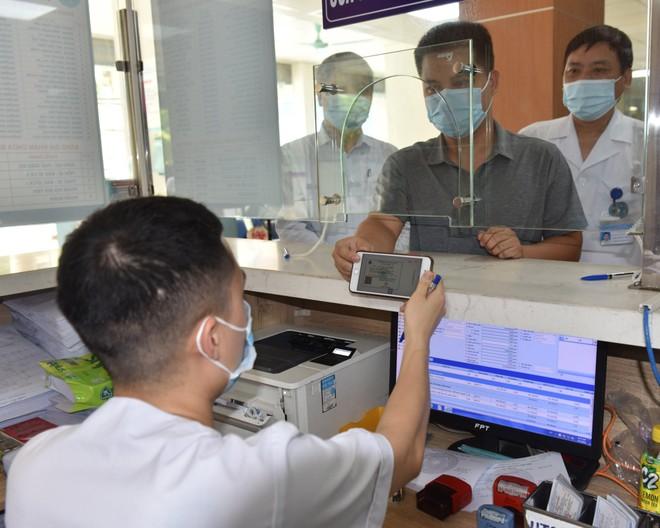 Người dân đăng ký KCB tại BVĐK Hà Đông bằng thẻ BHYT trên ứng dụng VssID (Nguồn BHXH TP.HN).
