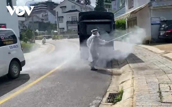 Lực lượng chức năng đang phun khử khuẩn tại khu vực nhà riêng của bệnh nhân.