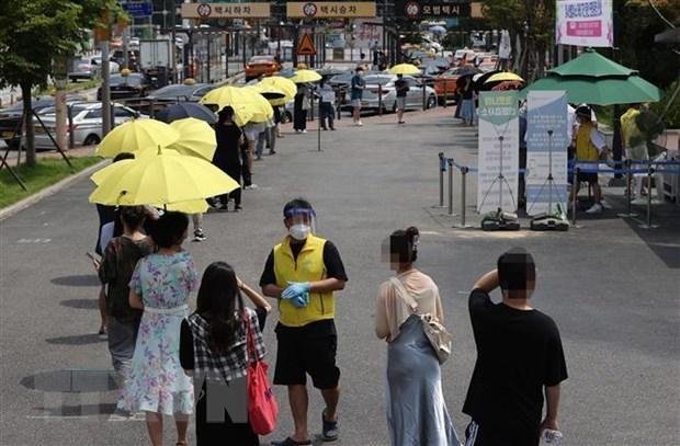 Người dân xếp hàng chờ xét nghiệm COVID-19 tại Seoul, Hàn Quốc, ngày 13/7/2021. (Nguồn: Yonhap/TTXVN).