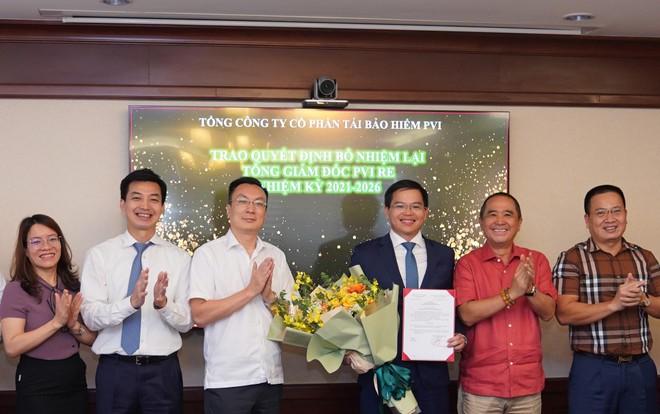 Ông Vũ Văn Thắng – Chủ tịch HĐQT trao Quyết định bổ nhiệm và Lãnh đạo PVI Holdings tặng hoa chúc mừng ông Trịnh Anh Tuấn.
