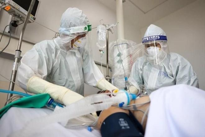 Các bác sĩ đang nỗ lực cấp cứu cho một bệnh nhân nguy kịch (Ảnh Bộ Y tế).